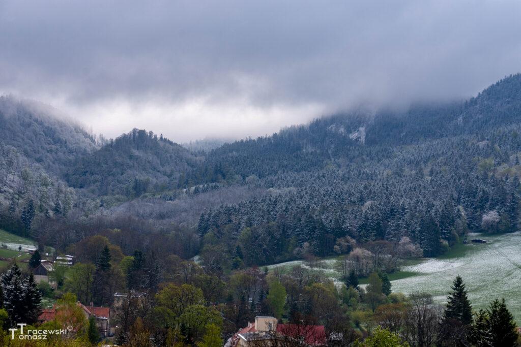Z lewej wzgórze zamkowe - widok z Sokołowska